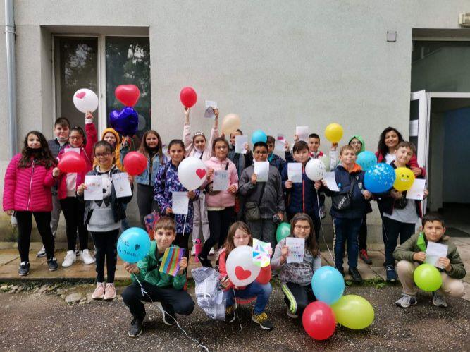 """Учениците от 4 """"а"""" клас с благороден жест към децата в отделение по Педиатрия за Деня на детето - голяма снимка"""