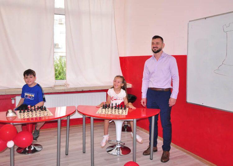 """Гросмайстор Ивайло Енчев учи децата в ОУ """"Ив. С. Тургенев"""" да матират  - голяма снимка"""